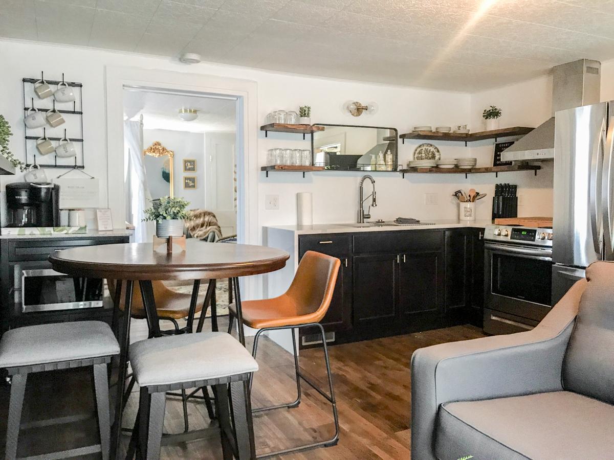 petit relooking moderne d'appartement d'appartement d'airbnb
