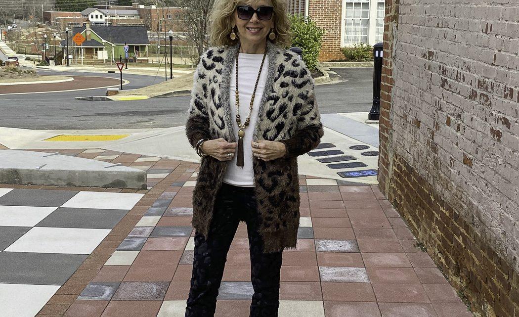 Mode plus de 50 ans: pull cardigan léopard