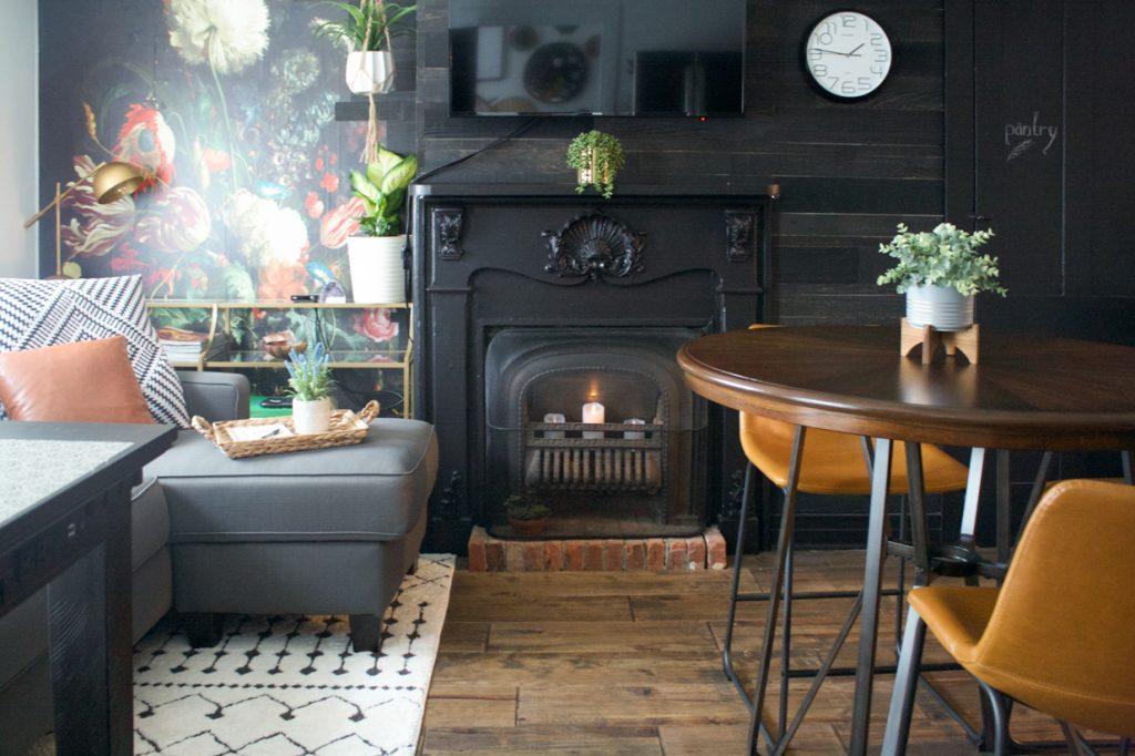 cheminée noire mur noir mur de planche de bois récupéré
