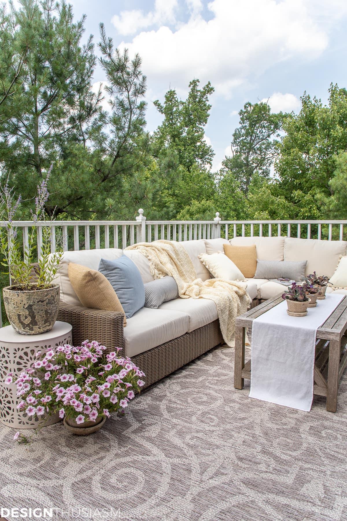 idées de terrasse avec oreillers et tapis d'extérieur