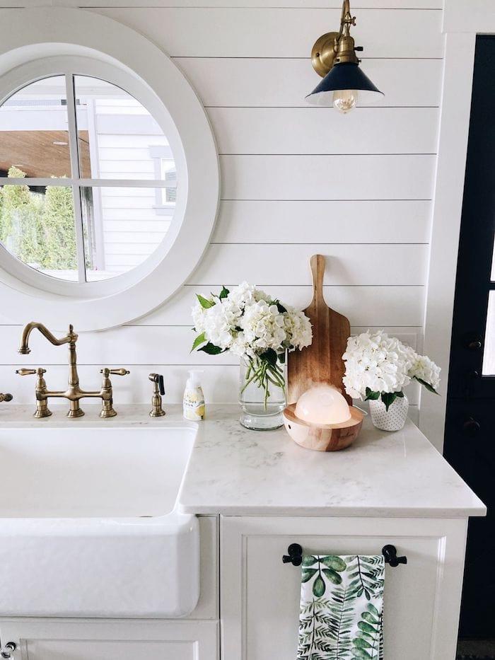 Joie d'un évier propre et de quatre routines quotidiennes