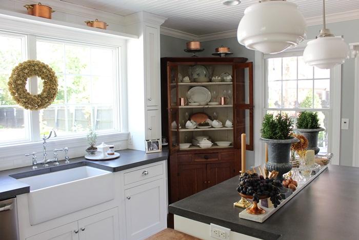 """kitchencorner """"width ="""" 700 """"height ="""" 467 """"srcset ="""" https://brico-guide.com/wp-content/uploads/2020/08/kitchencorner.jpg 700w, https://southernhospitalityblog.com/wp-content/ uploads / 2016/03 / kitchencorner-300x200.jpg 300w, https://southernhospitalityblog.com/wp-content/uploads/2016/03/kitchencorner-480x320.jpg 480w """"tailles ="""" (largeur max: 700px) 100vw, 700 px """"/></p> <p>Elle a fait de la place pour une belle armoire d'angle en bois naturel dans cette cuisine.</p> <p><img loading="""